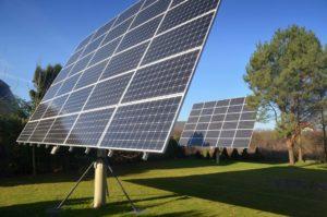 Panneaux solaires sur le toit, dans la piscine, dans le jardin